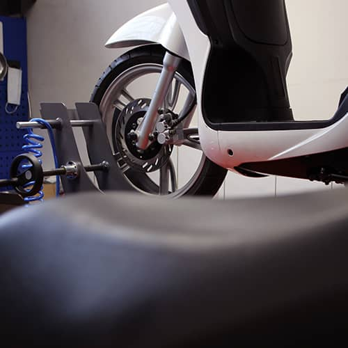 Nous procédons à la révision annuelle de votre vélo, scooter ou trottinette. Notre objectif : assurer votre sécurité sur les plus belles routes de Savoie.